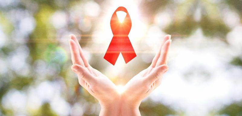 Main qui tiennent le ruban rouge du VIH