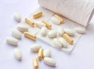 Pilules, capsules et comprimés avec un mouchoir en papier