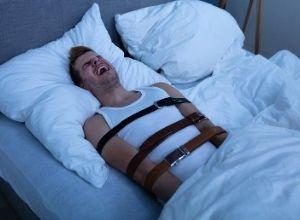 Homme souffrant de la paralysie de sommeil