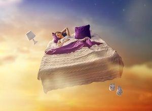 Jeune fille vole dans son lit