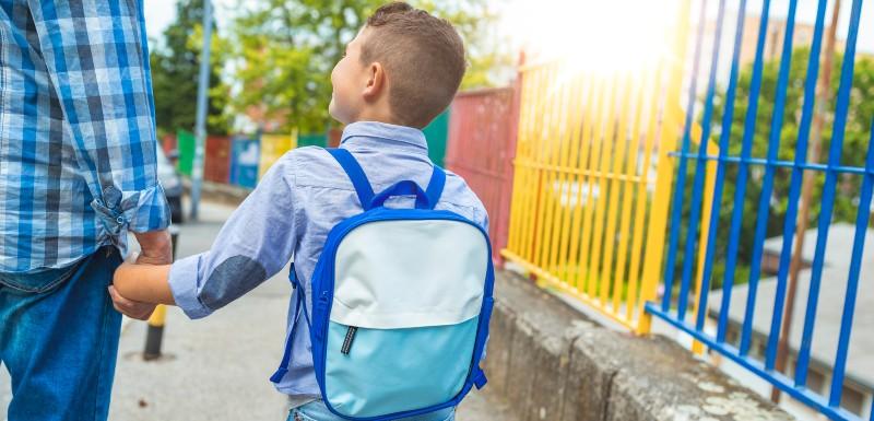 Rentrée scolaire d'un petit garçon accompagné de son papa