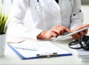médecin qui regarde sur sa tablette
