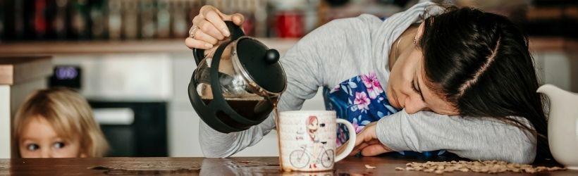Femme très fatiguée qui se sert du café