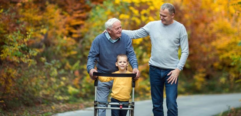 3 générations d'hommes qui marchent sur une route