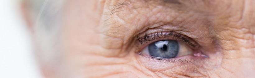 œil bleu d'une femme âgée