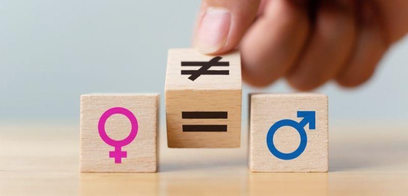 Petits cubes en bois qui montrent l'inégalité des sexes