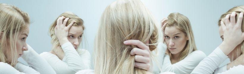 femme devant un miroir sans fdin