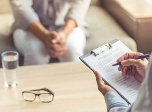 un médecin remplissant un formulaire devant une patiente