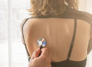 femme se faisant ausculter le dos