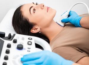 une femme passant un examen avec des ultrasons pour la thyroïde
