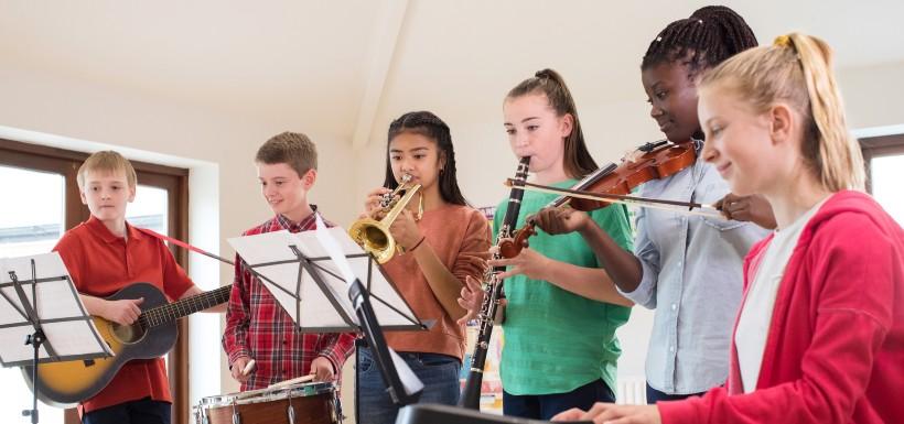 En jouant de la musique, l'enfant développe mémoire et attention