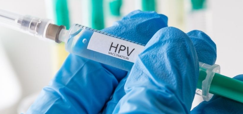médecin qui tient une seringue d'un vaccin pour HPV