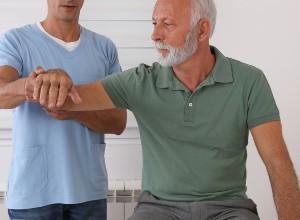 une homme se faisant examiner par un professionnel de santé