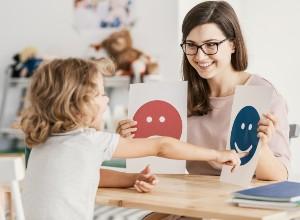 une enfant choisissant entre 2 dessins