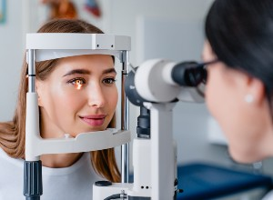 un examen chez un ophtalmologue