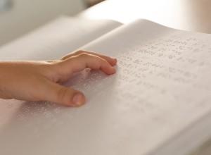un enfant lisant du braille