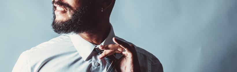 un homme libérant son nœud de cravate
