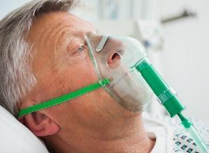 Homme avec un masque à oxygène