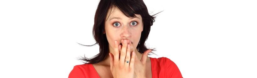 une femme mettant ses mains devant sa bouche