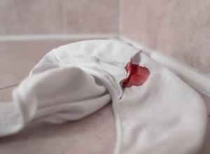 une culotte tachée de sang