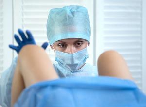 un soignant examinant une patiente