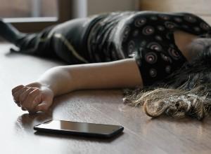 une femme allongée par terre