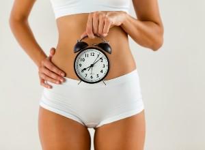 une femme tenant une horloge