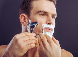 un homme se rasant la barbe