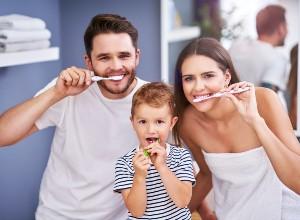 une famille se brossant les dents