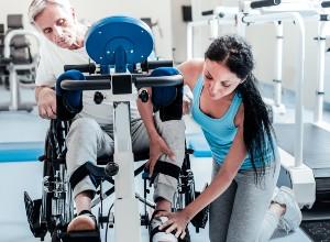 une personne aidant un patient tétraplégique