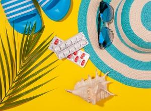 une serviette de plage avec des objets de plages