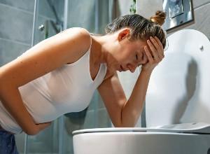 Nausées et vomissements d'une femme