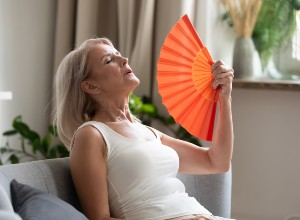 Femme dans un canapé qui à chaud