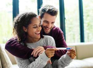 jeune couple qui apprends qu'ils vont être parents