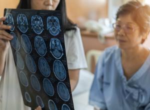 Femme qui consulte un médecin pour une radiographie