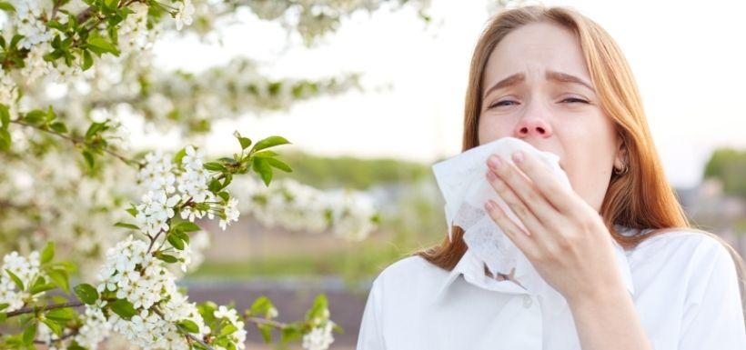 Femme qui à une allergie aux pollens et coronavirus