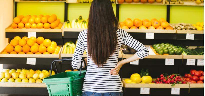 femme choissisant ses 5 fruits et légumes du jour