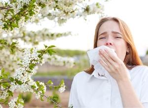 femme avec une allergie au pollen