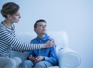 femme qui essaie d'aider son fils autisme