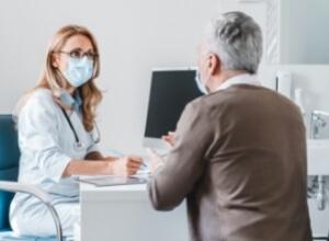 homme chez une femme médecin pour son tremblement essentiel