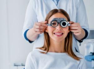 fille chez une ophtalmologue
