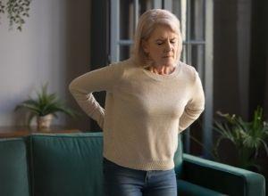 femme avec des douleurs dans le dos