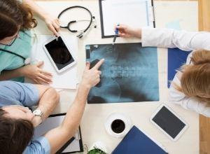 médecins qui commentent une radiographie