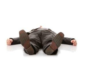 homme allongé au sol