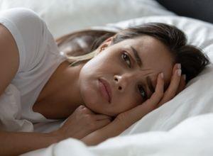 femme soucieuse allongée dans un lit