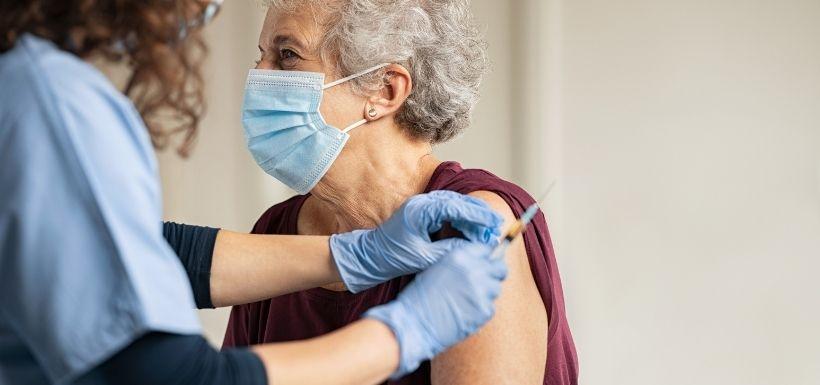 vaccins anti-Covid chez les personnes de plus de 50 ans